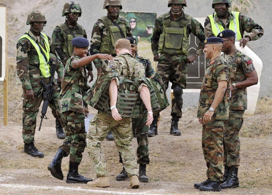 英国王子在牙买加荷枪实弹练射击