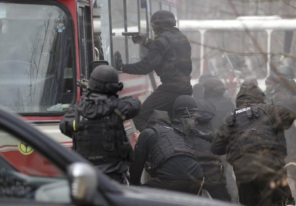 波兰反恐军警部队边境演练大巴反劫持图片