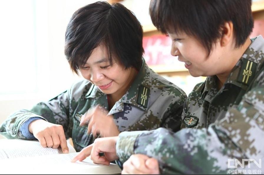 80后女大学生当民兵戍守边防民兵女子阅览营房女兵