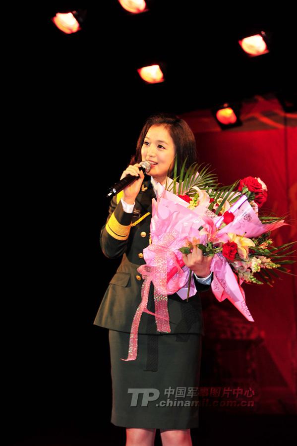 月14日晚,由总政歌舞团王宏伟、蔡国庆、白雪等19名演职人员组