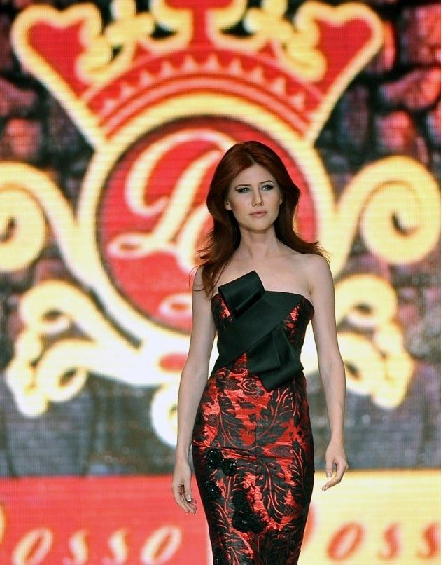 俄美女间谍安娜 查普曼在土耳其服装秀上走秀