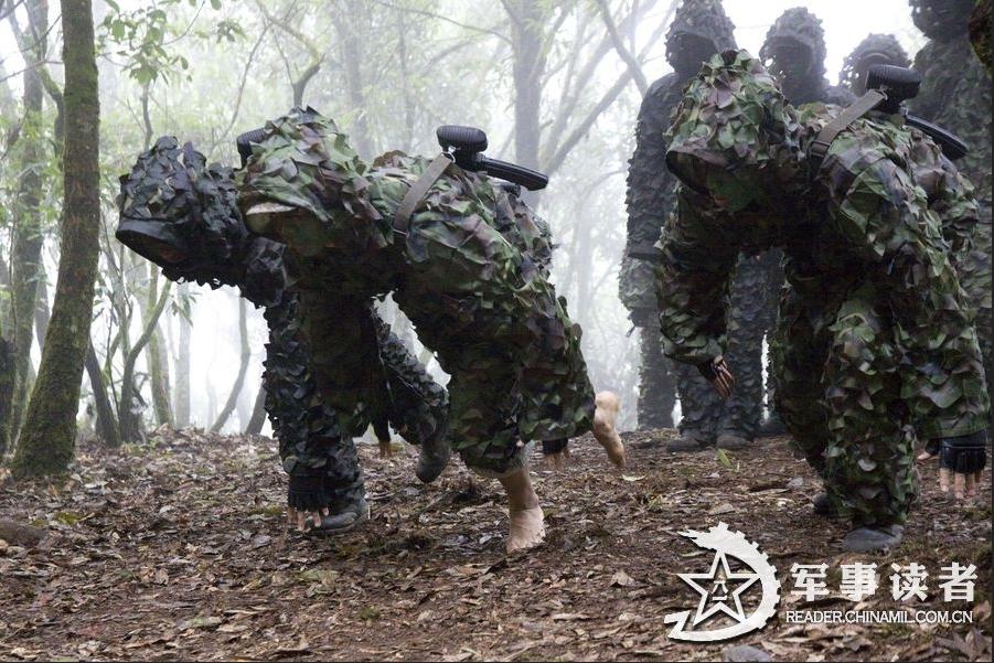 解放军精锐丛林野训:赤脚穿林生吃知了