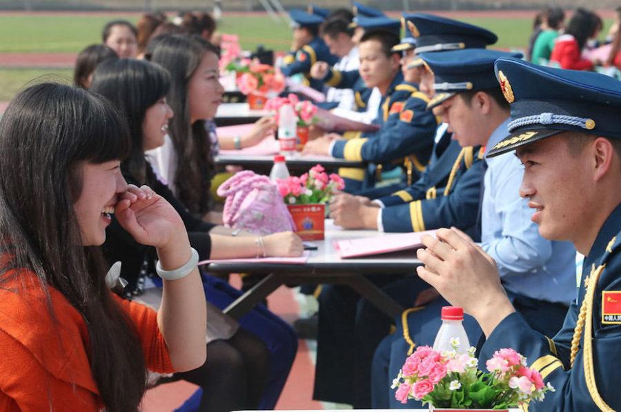 空军驻武汉部队军官集体相亲与姑娘们跳起骑马舞图片