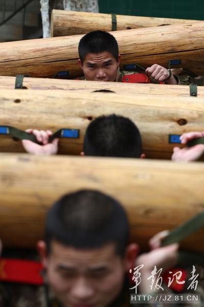 武警驻南京部队高强度练体能 身背沉重圆木学蛙跳图片