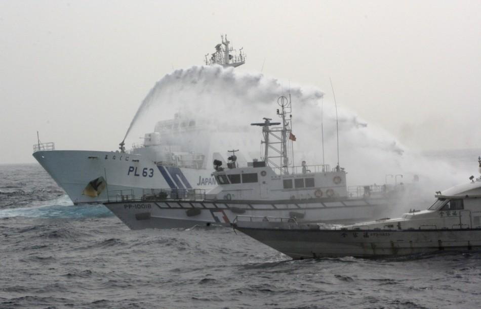 """公务船开始向该保钓船喷水,台""""海巡署""""的4艘舰艇趋前保护,并图片"""