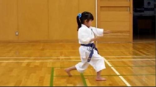日本5岁萝莉空手道考试 踢腿掷地有声出拳有力图片