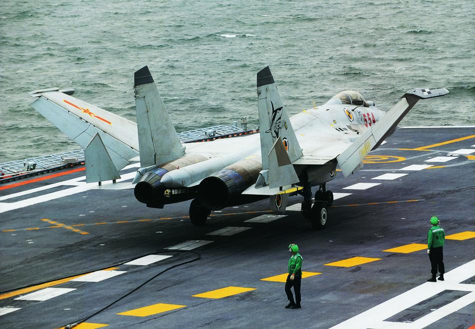 歼15战斗机在航母上进行起飞作业