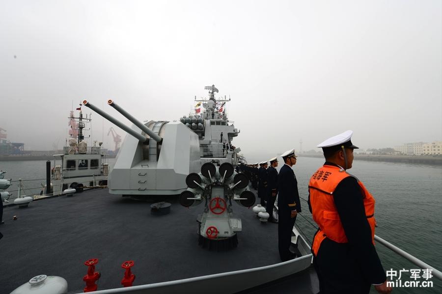 青岛舰在左舷分区列队