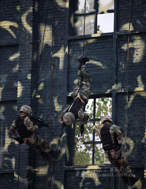 军方公开特种部队训练猛照:逼真残酷才出精兵