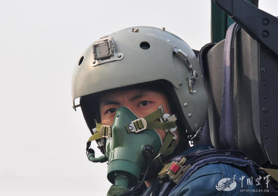 中国空军最年轻王牌飞行员曝光 驾歼8打出11:0