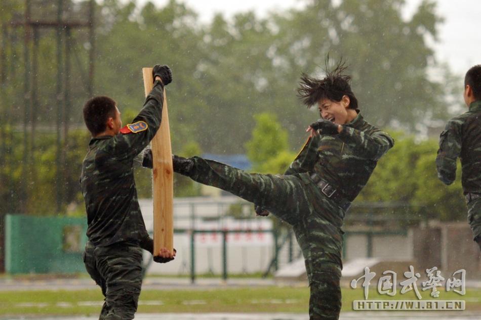 """中国武警报:""""训练场上,特警没有温柔,没有女人,只有战士!""""图片"""