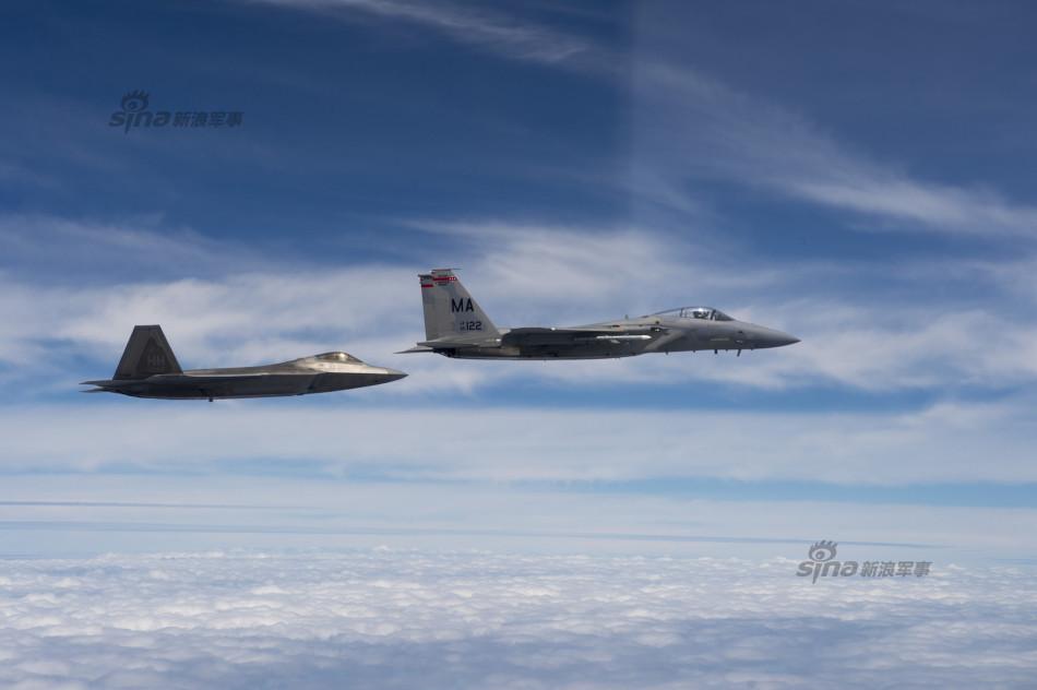 美国空军主力战机在南海斗狗:老鹰咬尾猛禽