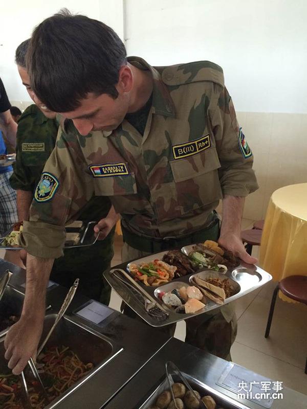 [新图]和平使命:解放军西餐馋死参演外国军队