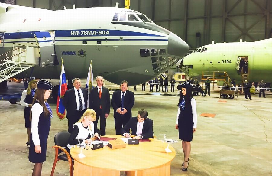 俄罗斯首架伊尔476运输机交付 制服妹子来助阵