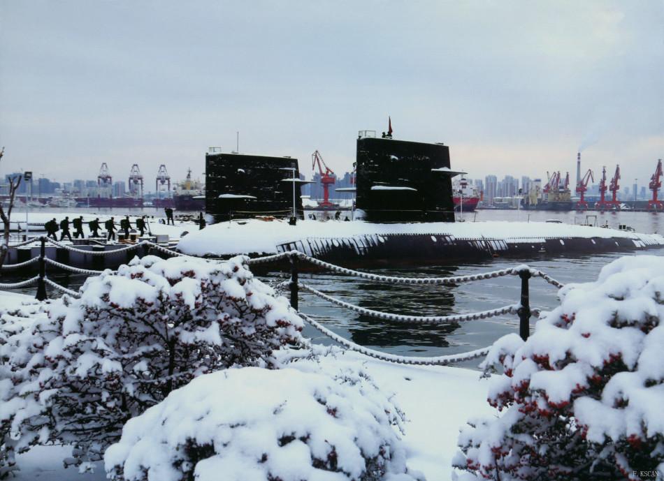 新型宋级潜艇码头待命
