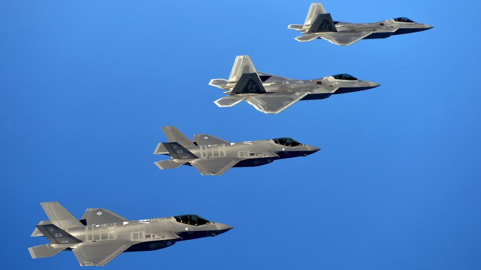 F-35与F-22A共同编队