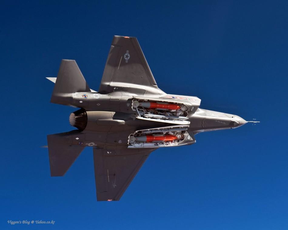 F-35 AA-1原型机打开弹舱