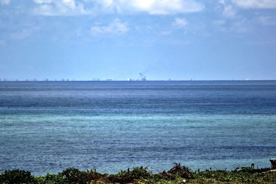 从中业岛看渚碧礁人工岛 工地连成一片