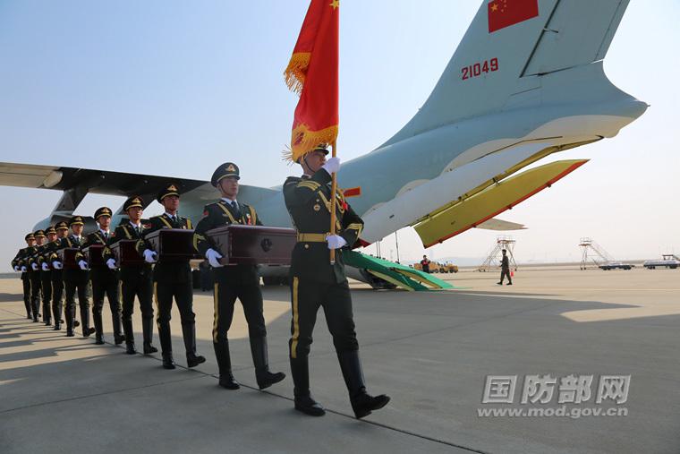第三批在韩志愿军烈士遗骸回国高清组图 歼-11战机护航