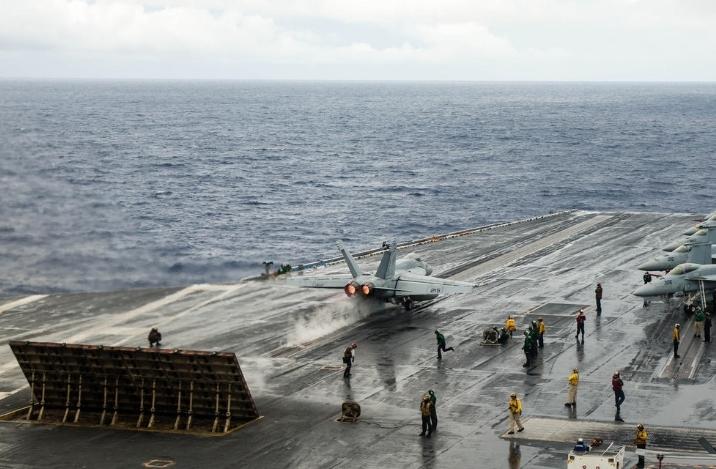 甲板堆满战机:美军核航母在中国家门口游弋
