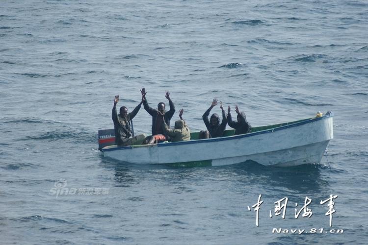 截、海上射击、空中射击等方式,成功迫使海盗扔掉武器举手投降,图片