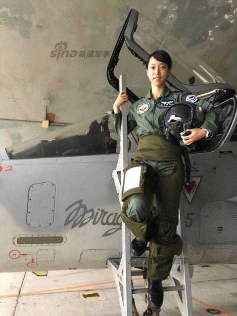 台军曝光主力女飞行员开F16