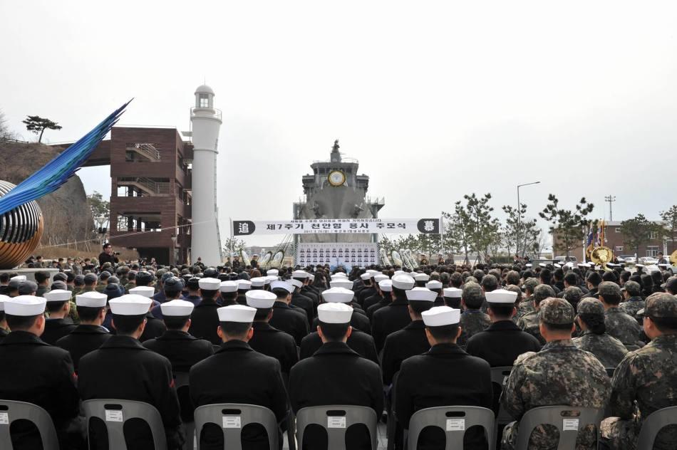 韩国民众悼念天安号护卫舰