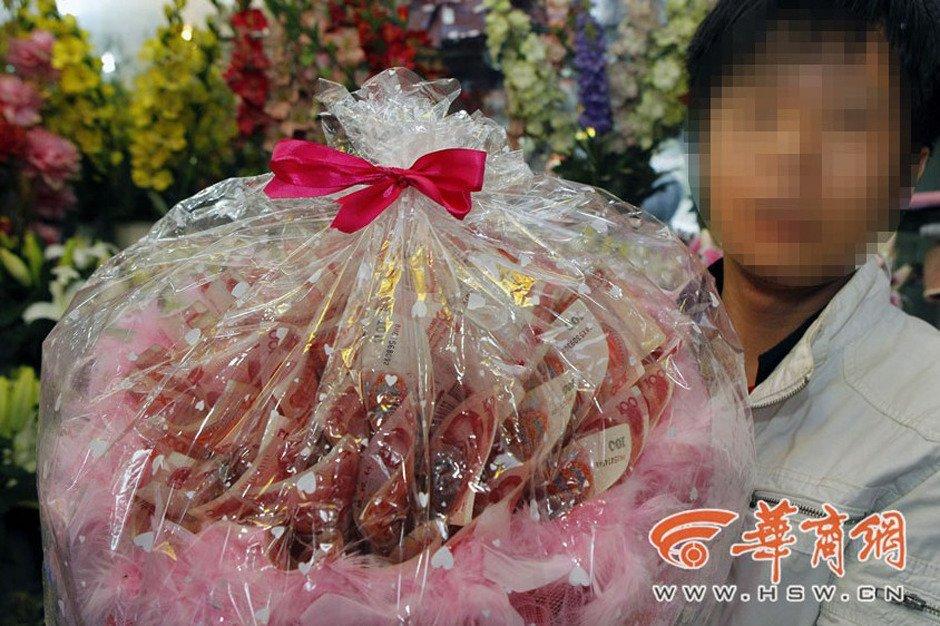 一男子将百元钞票扎成 鲜花