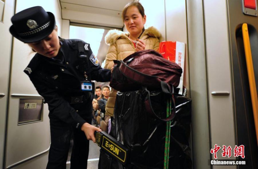 90后美女铁警的 火车春节