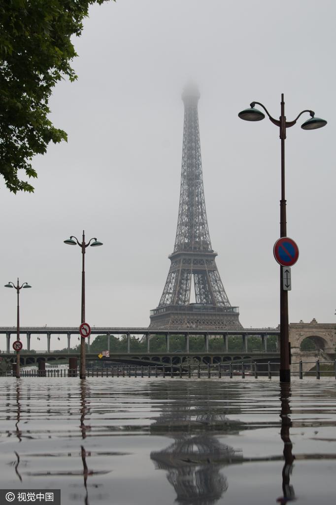 """法国遭遇暴雨天气 巴黎市民也""""看海"""""""