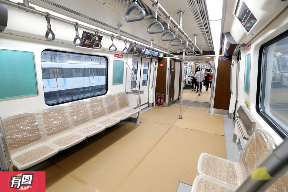 成都开往机场的地铁里面啥样 可以横着坐?