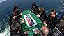 极限选手在距海面90米高空打扑克