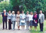 """图文:德国总理默克尔的丈夫与""""太太团""""合影"""