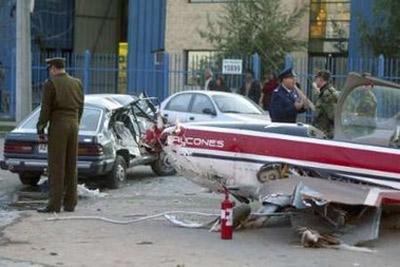 组图:智利空军飞机紧急着陆时与汽车相撞