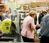 德国总理默克尔超市排队购物(组图)