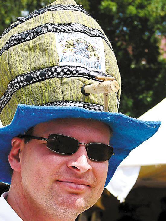 一名头戴啤酒桶造型帽子的男子参加在
