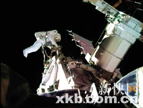 """月11日公布的""""奋进""""号航天飞机上的两名宇航员进行太空行走的视频截图"""