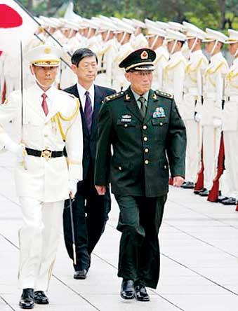 曹刚川检阅日本自卫队