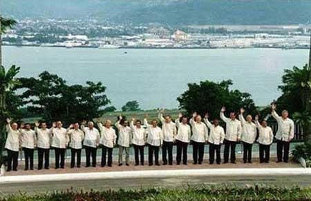 组图:历届APEC会议闭幕式领袖服装秀