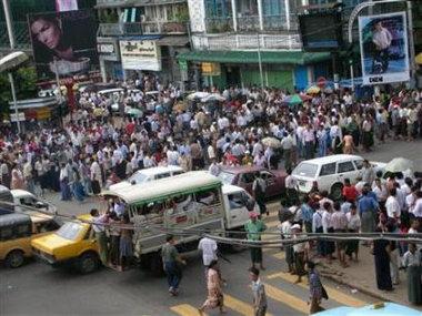 缅甸十万多人举行游行潘基文呼吁政府继续克制