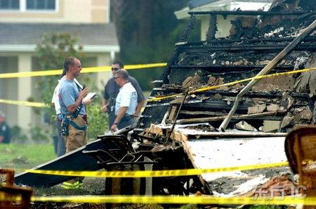 组图:美国小型飞机坠入民宅5人死亡