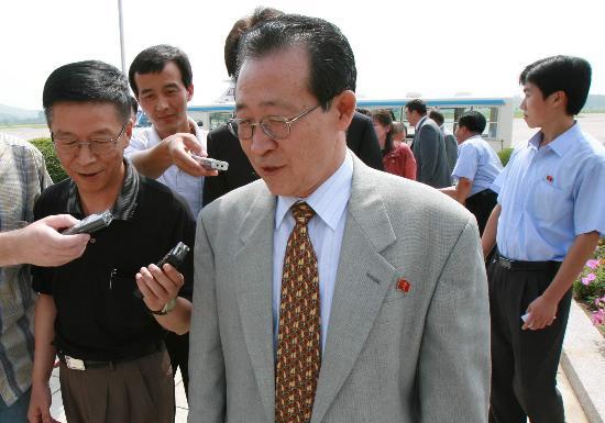 图文:金桂冠在平壤机场接受记者采访