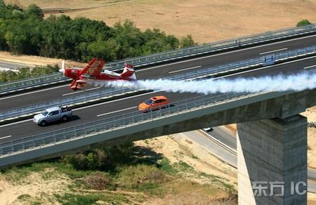 组图:特技飞行员驾机与汽车竞速