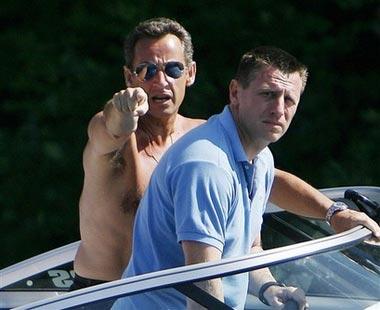 法国总统萨科齐身着泳裤痛斥记者(组图)