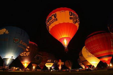 英国布里斯托尔国际热气球节开幕(组图)