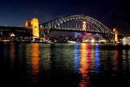 组图:澳大利亚海湾大桥亮灯庆祝APEC召开