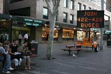 组图:澳大利亚悉尼街头公交车改道通知