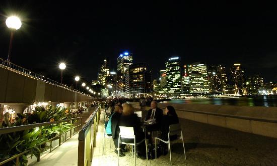 图文:游客们欣赏悉尼港的夜色
