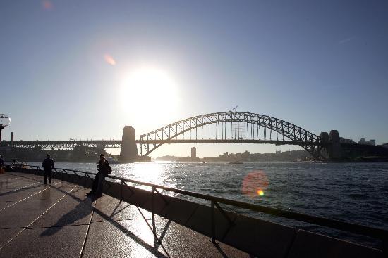图文:行人在澳大利亚悉尼海湾大桥附近休息