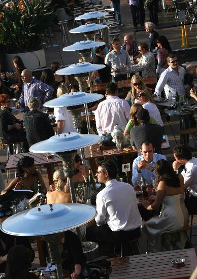 图文:人们在悉尼歌剧院附近的露天餐馆就餐